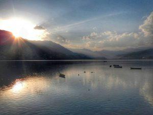 Закат на озере Pheva