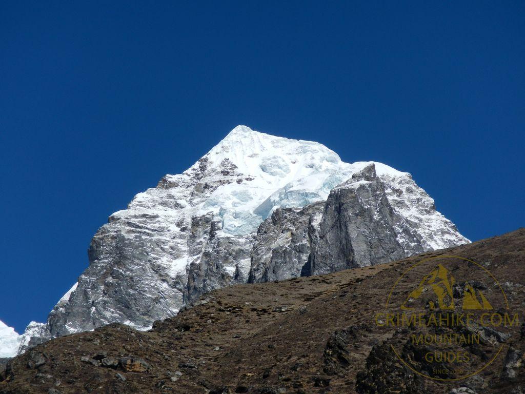 Треккинг к базовому лагерю Эвереста. Гора возле Динбоче